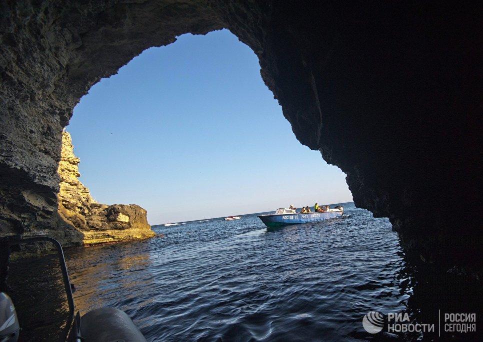 Грот в скалистом берегу Большого Атлеша на мысе Тарханкут в Крыму