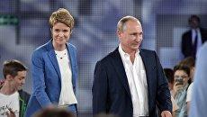 Владимир Путин и руководитель образовательного центра Сириус Елена Шмелева. Архивное фото