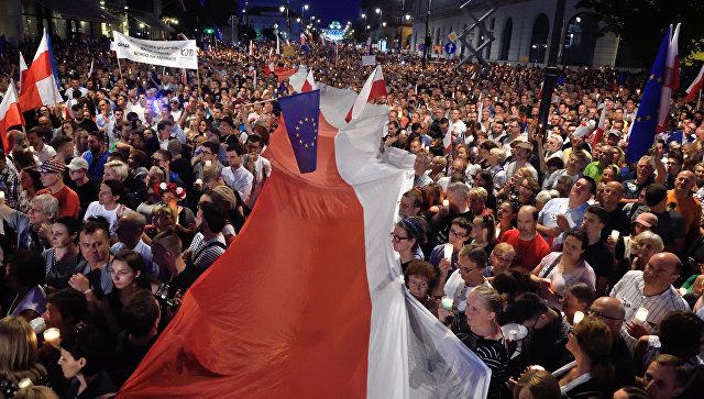 Демонстранты выступающие против реформы Верховного суда Польши напротив президентского дворца в Варшаве. 20 июля 2017