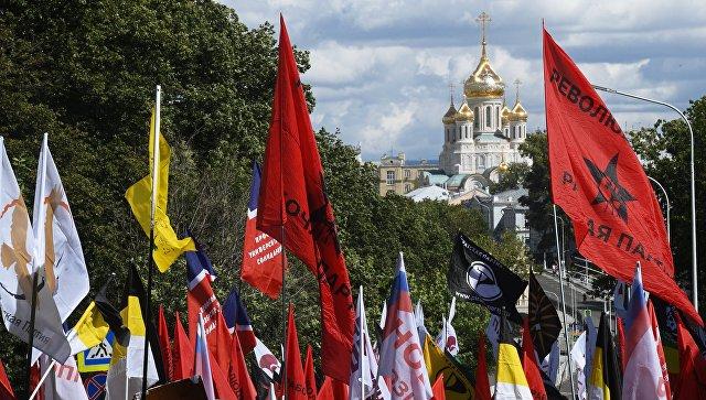 Флаги и плакаты на марше За свободный интернет в Москве. 23 июля 2017