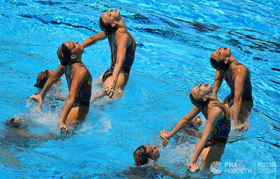 Спортсменки сборной России выступают с произвольной программой в финальных соревнованиях по синхронному плаванию среди групп на чемпионате мира FINA 2017