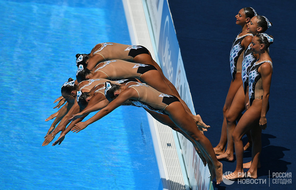 Спортсменки сборной Италии выступают в финале технической программы групповых соревнований по синхронному плаванию на чемпионате мира FINA 2017