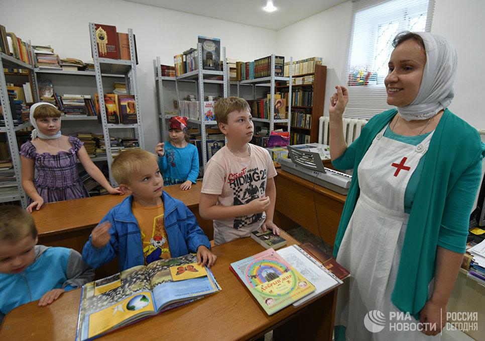 Сестра милосердия проводит урок в воскресной школе в Воронежской области