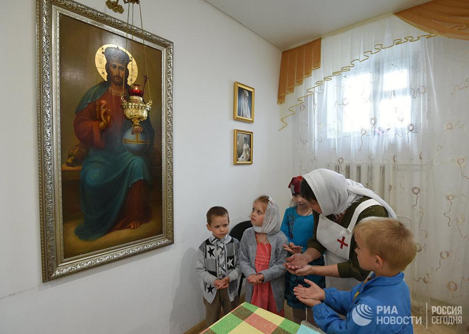 Сестра милосердия проводит урок в воскресной школе Троицкого храма в Воронежской области
