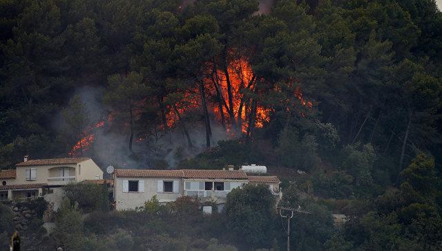 Из-за мощных природных пожаров воФранции эвакуировали неменее  10 тыс.  человек