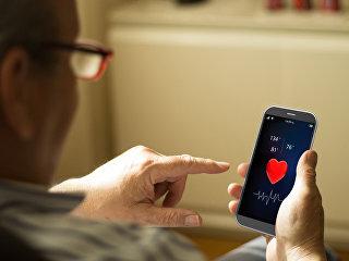 Пожилой мужчина использует M-Health приложение на смартфоне