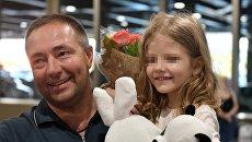 Бывший свекр Светланы Ухановой Валерий Уханов с внучкой Лизой в аэропорту Москве. 26 ибля 2017