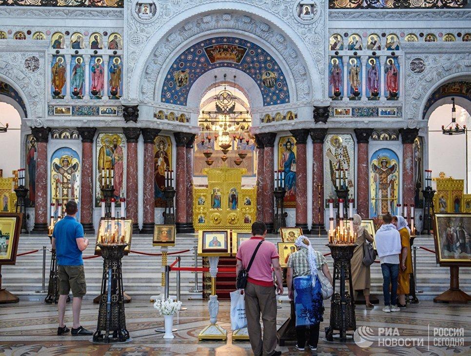 Верующие в Морском Никольском соборе Кронштадта