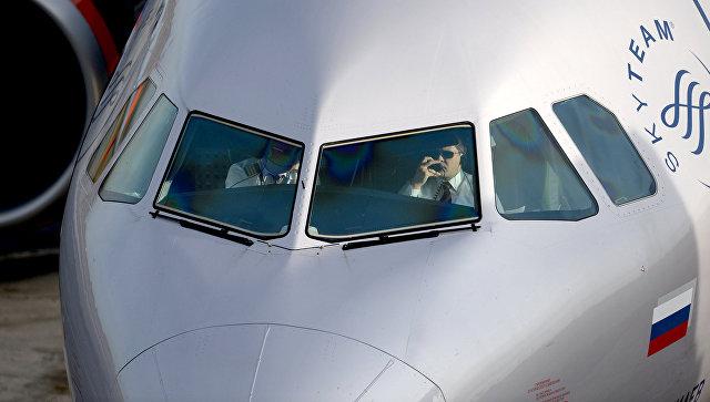 Пилоты в кабине самолета. Архивное фото