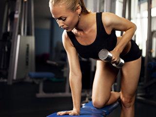 Девушка занимается в спортзале. Архивное фото