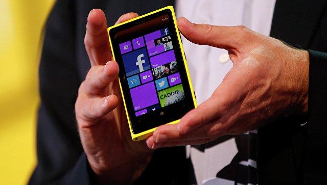 Гендиректор Microsoft Стив Балмер демонстрирует телефон Nokia с новой мобильной платформой Windows Phone 8