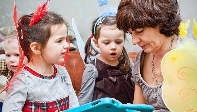 Няня с детьми. Архивное фото