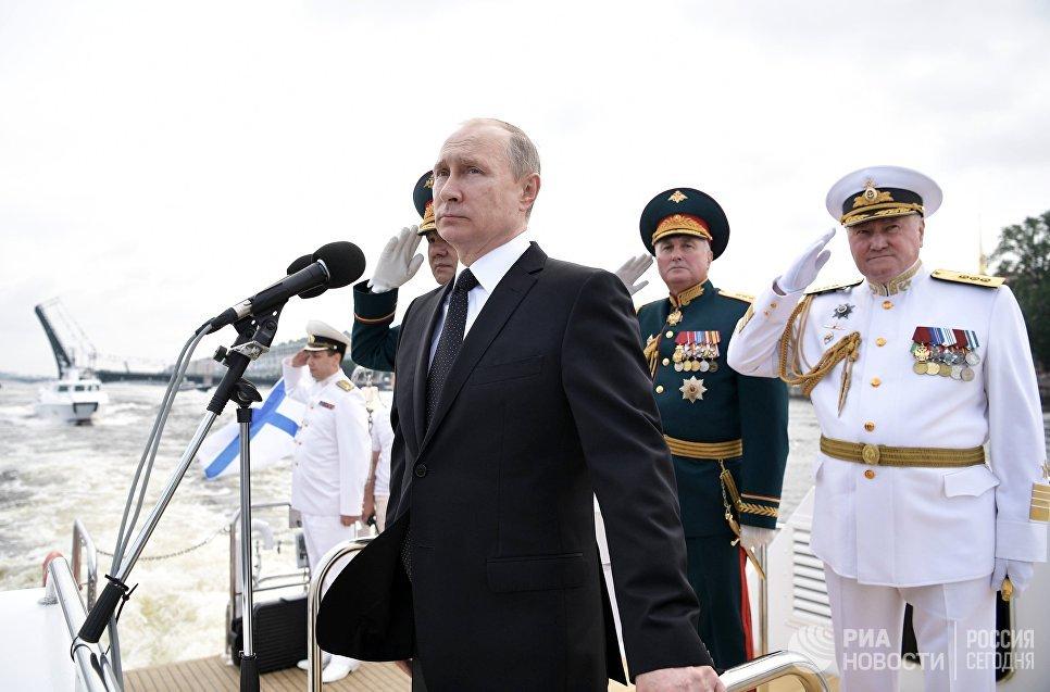 Верховный главнокомандующий РФ Владимир Путин на катере совершает обход кораблей, выстроившихся перед началом парада по случаю Дня Военно-морского флота РФ, на рейде Невы в Санкт-Петербурге. 30 июля 2017