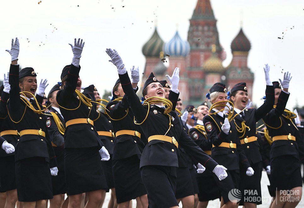 Выпускницы Московского университета МВД России имени В.Я.Кикотя на Красной площади