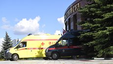 Автомобили скорой медицинской помощи и Следственного комитета у здания Московского областного суда, в котром произошла перестрелка. 1 августа 2017