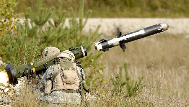 Американские военные производят выстрел из противотанкового ракетного комплекса (ПТРК) FGM-148 Javelin. Архивное фото.