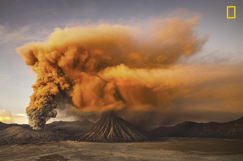 Работа фотографа Reynold Riksa Dewantara Mt. Bromo , получившая поощрительный приз в категории Природа в фотоконкурсе 2017 National Geographic Travel Photographer of the Year