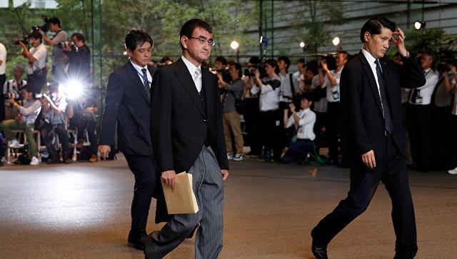 Новый министр иностранных дел Японии Таро Коно, покидает резеденцию премьре-мнистра. 3 августа 2017