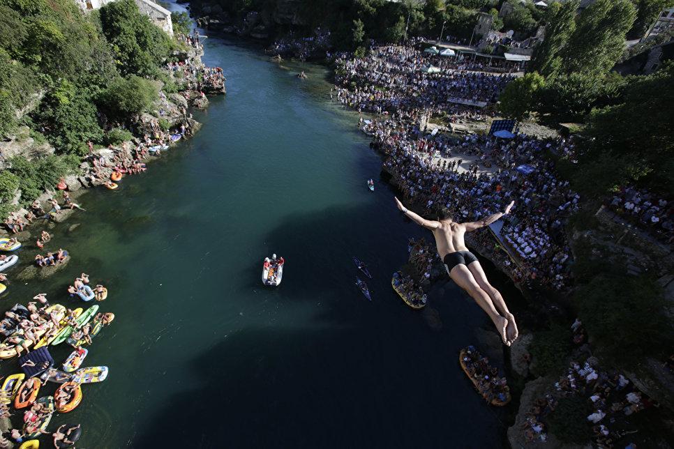 Прыжок со Старого моста в Мостаре во время соревнований
