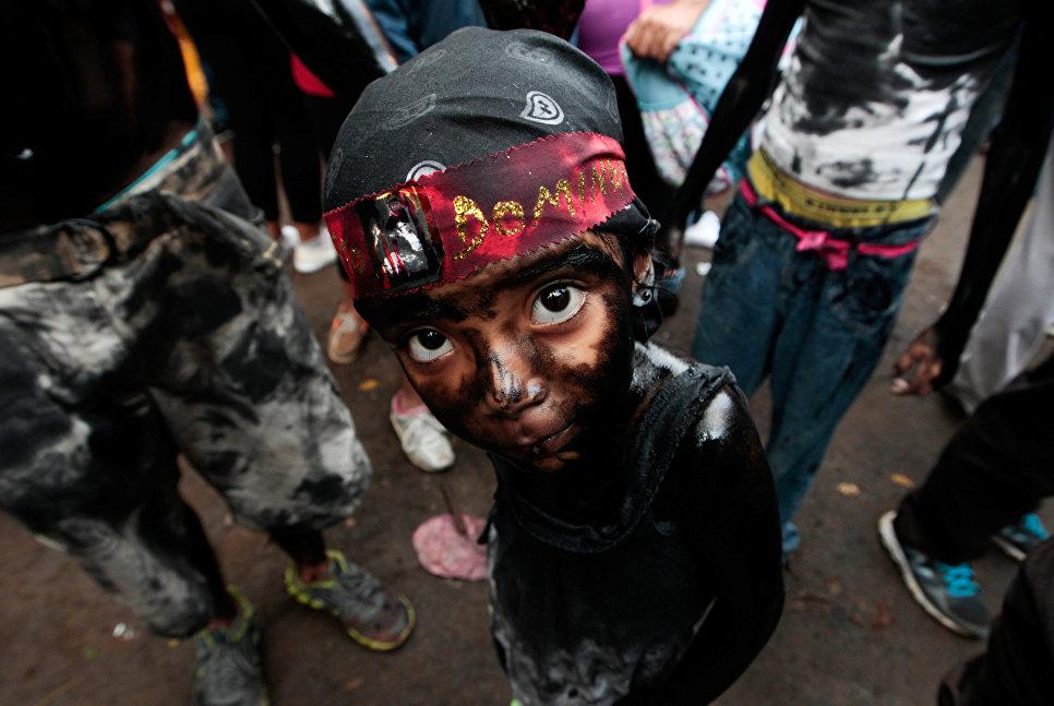Девочка принимает участие в праздничных мероприятиях Санто-Доминго-де-Гузмана, Манагуа