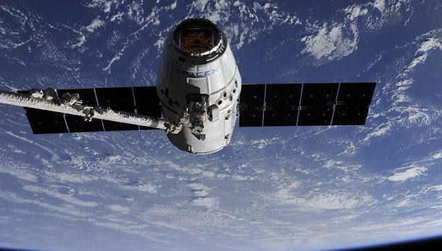 Стыковка космического грузовика Dragon с МКС. Архивное фото