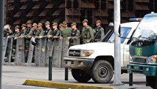 Бойцы Национальной гвардии возле здания генпрокуратуры в Каракасе. 5 августа 2017