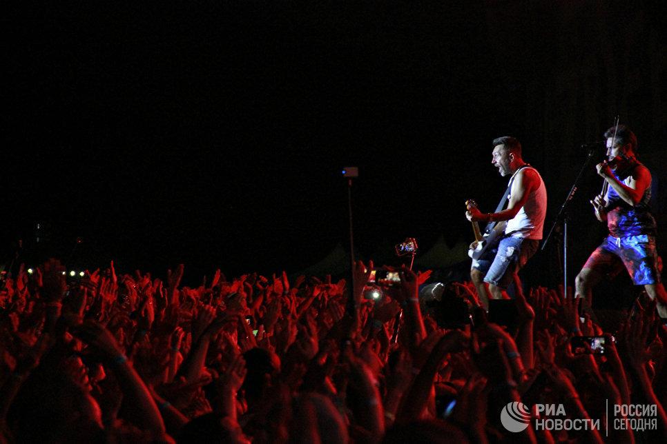 Выступление группы Ленинград во главе с ее лидером Сергеем Шнуровым на концерте во второй день музыкального фестиваля ZBFest