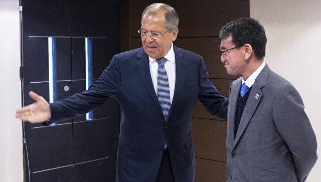 Министр иностранных дел РФ Сергей Лавров (слева) и глава МИД Японии Таро Коно во время встречи на полях форума Ассоциации государств Юго-Восточной Азии (АСЕАН) в Маниле. Архивное фото