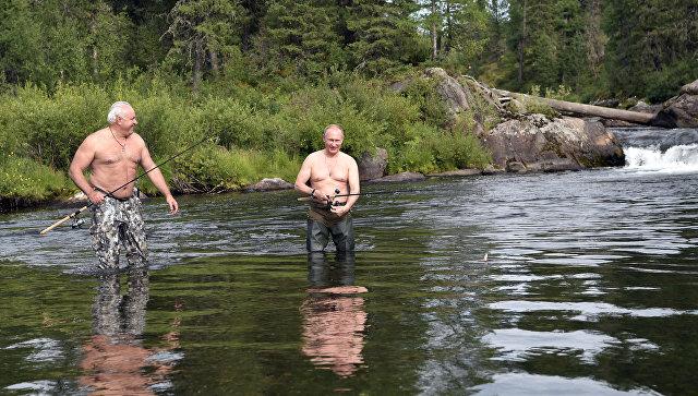 Президент РФ Владимир Путин и глава Республики Хакасия Виктор Зимин во время рыбалки в Республике Тыва. 5 августа 2017