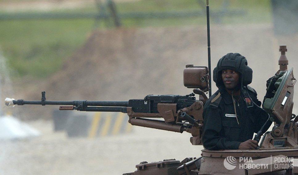 Член экипажа танка Т-72 команды Анголы на соревнованиях по танковому биатлону в рамках Армейских международных играх АрМИ-2017 на полигоне Алабино в Московской области