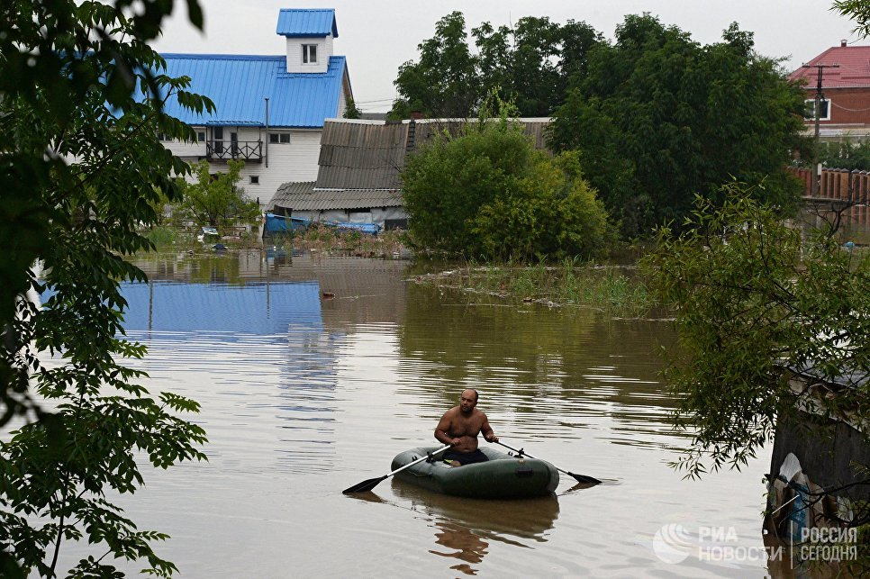 Мужчина на лодке во время наводнения в Уссурийске