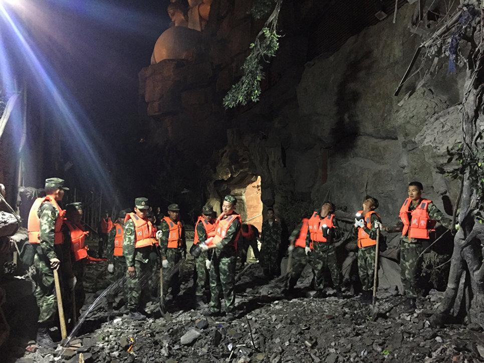 Военные работают в районе землетрясения в китайской провинции Сычуань