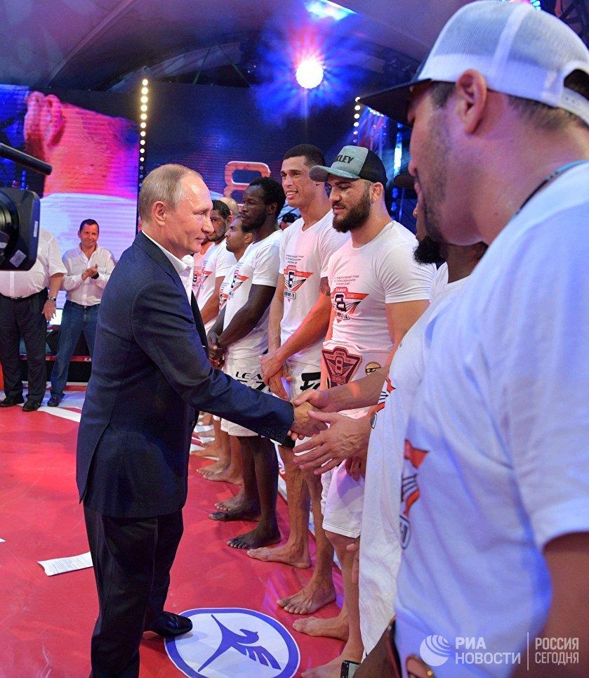 Президент РФ Владимир Путин на Международном турнире по профессиональному боевому самбо Плотформа S-70 в Сочи