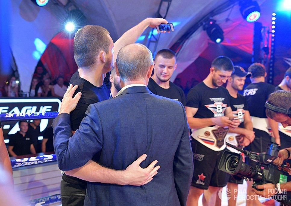 Президент РФ Владимир Путин фотографируется с Вячеславом Василевским на Международном турнире по профессиональному боевому самбо Плотформа S-70
