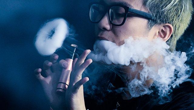 Мужчина с электронной сигаретой. Архивное фото