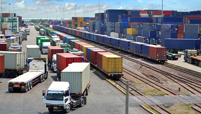 Разгрузка контейнеров на железнодорожной станции