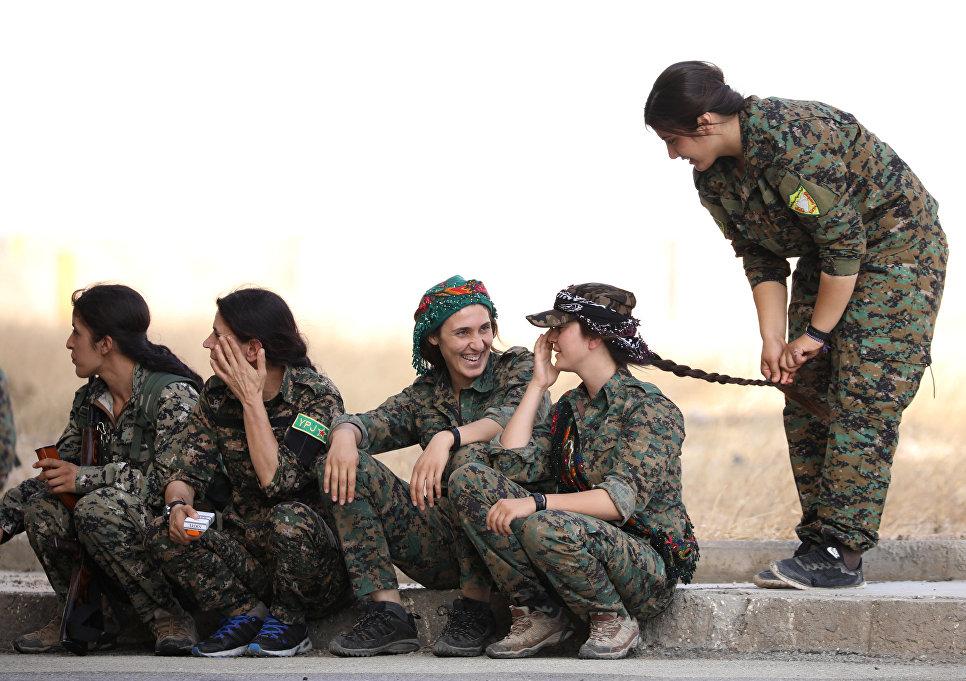 Девушки из отряда Сирийских демократических сил в городе Хасака