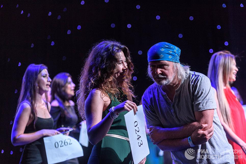 Продюсер, преподаватель вокала Владимир Коробка (справа) во время кастинга Новой Фабрики звезд в Москве