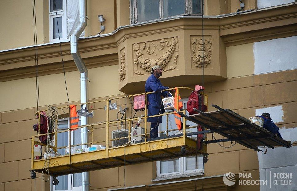 Рабочие у фасада здания на Смоленской площади
