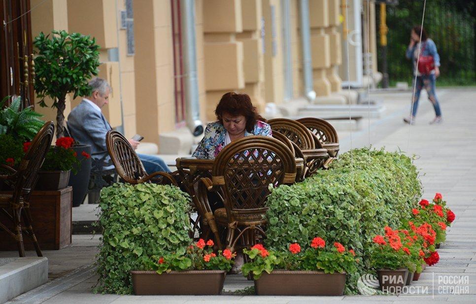 Посетители кафе на улице Житная в Москве