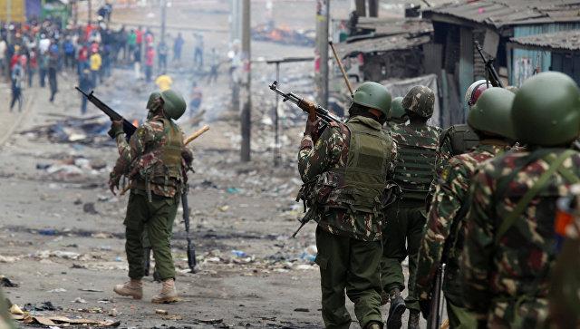 Сотрудники полиции Кении во время акции протеста против результатов президентских выборов в Найроби. 12 августа 2017