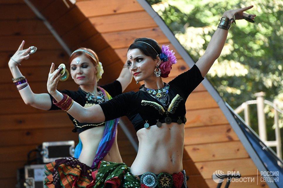 Участницы фестиваля индийской культуры в честь Дня независимости Индии в парке Сокольники. 12 августа 2017