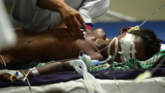 Индийский медики больницы Баба Рагхав во время осмотра ребенка в индийском штате Уттар-Прадеш. 12 августа 2017