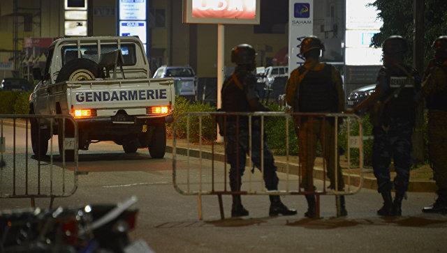 Жандармы Буркина-Фасо и армейские силы патрулируют улицы после нападения на кафе. 13 августа 2017