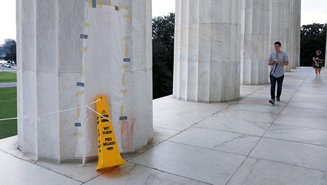 Поврежденная вандалами колонна Мемориального комплекса Авраама Линкольна в Вашингтоне, США. 15 августа 2017