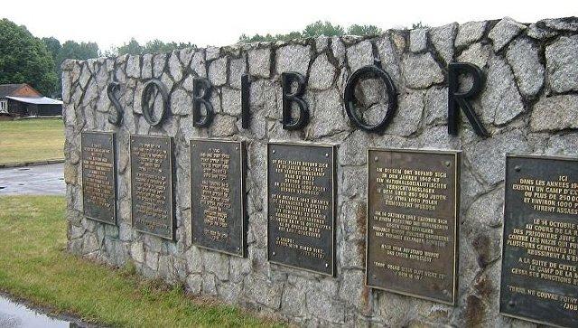 Табличка при входе в лагерь смерти Собибор. Архивное фото