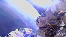 Российские космонавты Федор Юрчихин и Сергей Рязанский во время работ в открытом космосе на Международной космической станции. 17 августа 2017