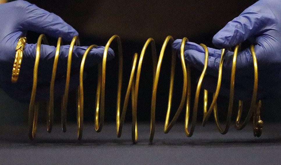 Золотые украшения в Британском музее в Лондоне во время подготовки к выставке Скифы: воители древней Сибири