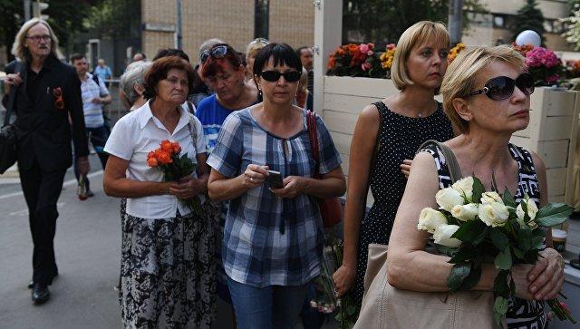 Десятки людей пришли проститься с актрисой Верой Глаголевой