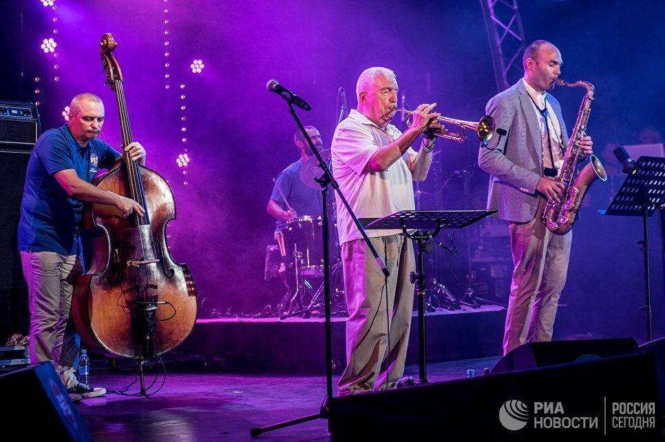 Музыканты Сергей Головня и Валерий Пономарев (справа налево) (справа налево) выступают в программе Messengers from Russia на фестивале Koktebel Jazz Party 2017